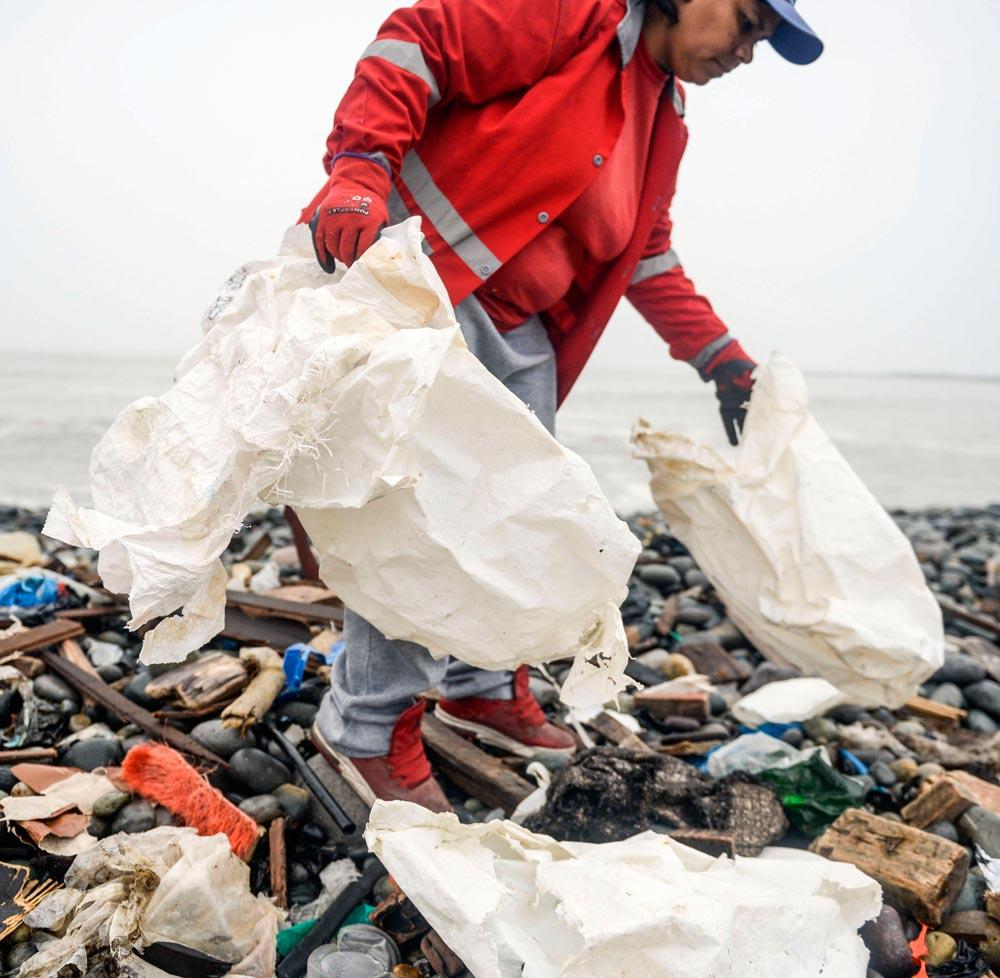 Muchas botellas y vasos de plástico reciclables van a parar a las playas