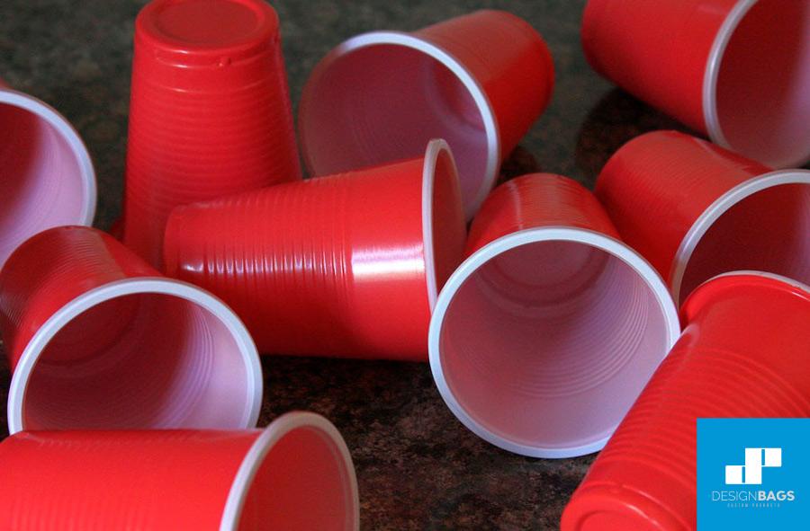 Botellas y vasos reciclables hechos con material PET