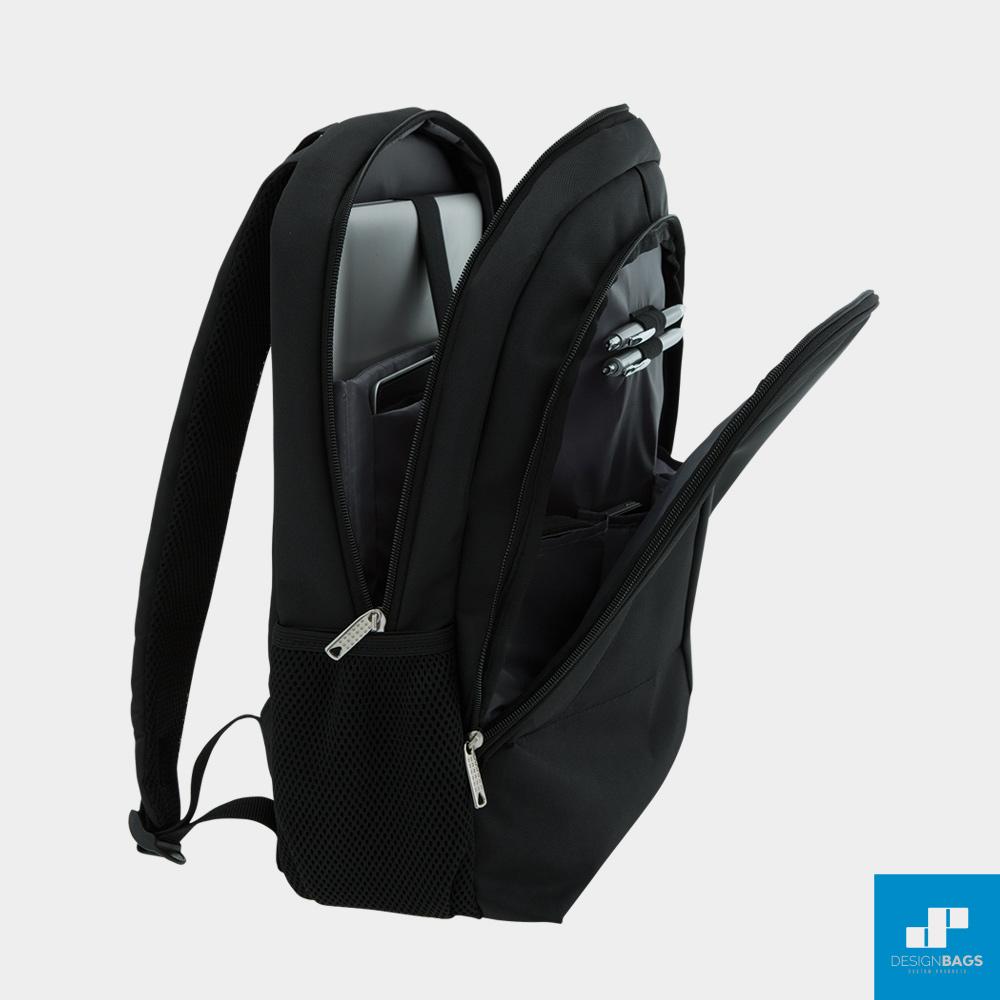 La mochila rPET es un regalo corporativo hecho con residuos plásticos reciclados